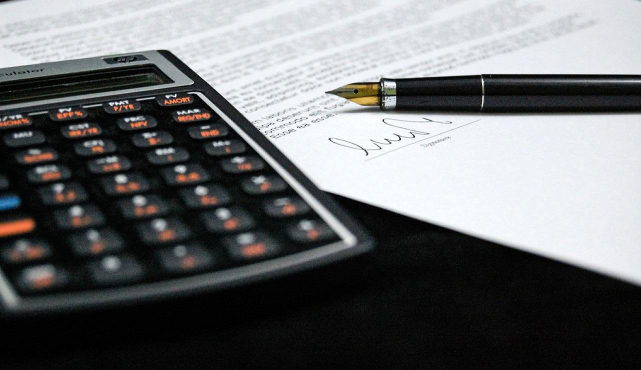 Firmenschild und Inkasso Akten